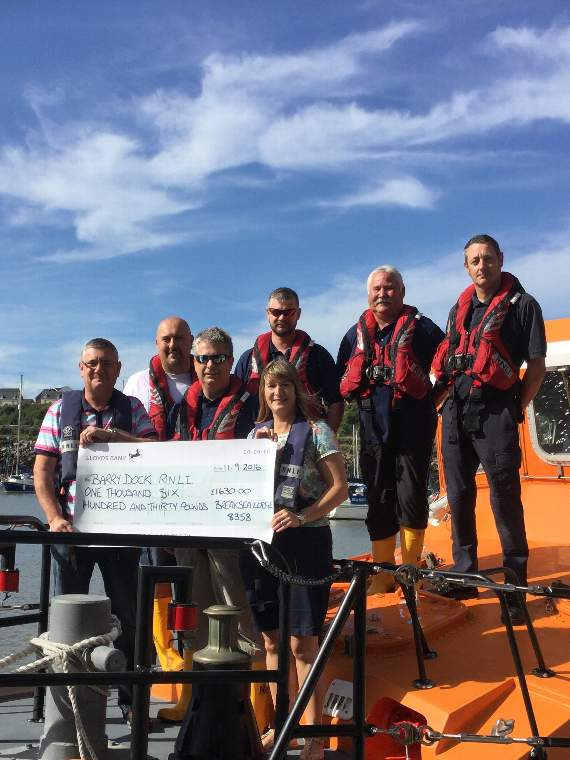 Lodge hands £1,630 tribute donation to Barry RNLI