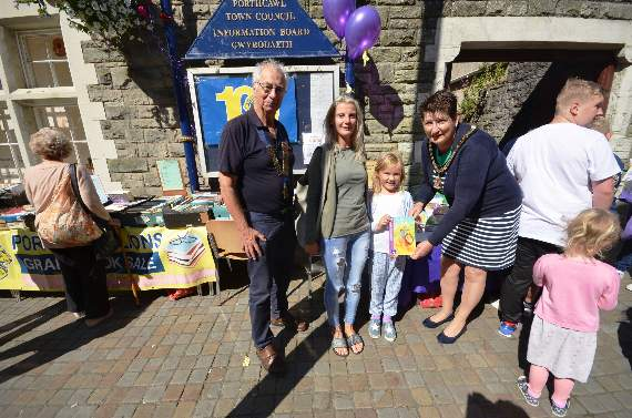 Porthcawl Lions hand out 100 children's books
