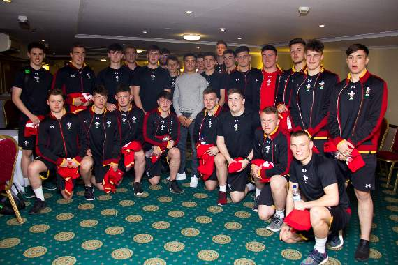 Lee presents Welsh team with shirts